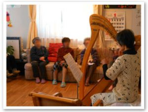 ハープ演奏のボラさん、綺麗な音色にうっとりです